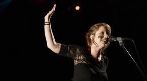 Anna Aaron, chanteuse mystérieuse et mystique, dévoile son single «Stellarling»